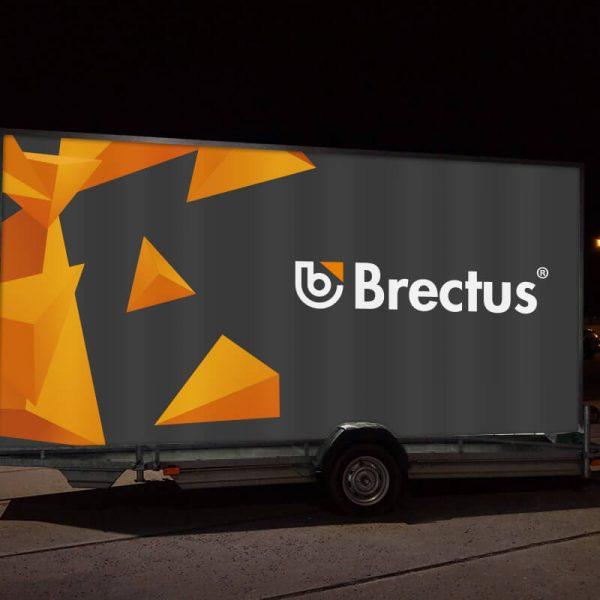 Banner fra Brectus på reklamehenger LED i mørket